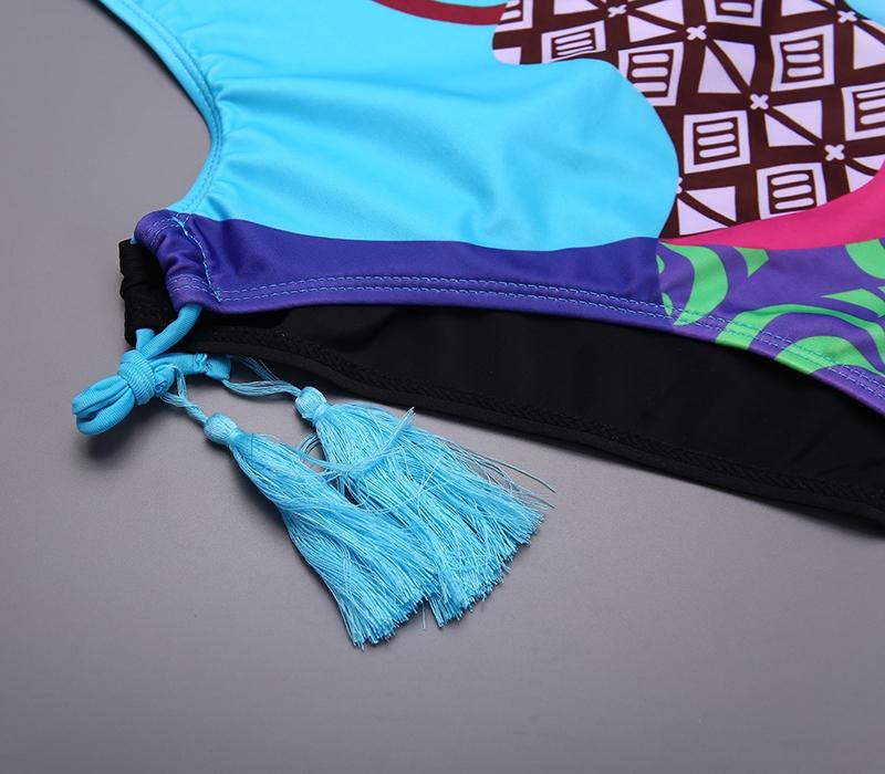 Бирюзовый закрытый купальник на бретельках  с кисточками-завязками на плавках и принтом в виде девушки - 3