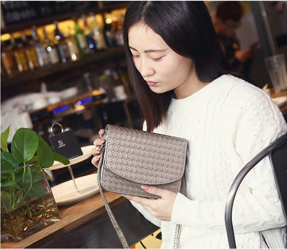 Плетеная женская сумка-почтальон с металлическим оттенком - 9